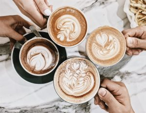 Tasses de café entre amis